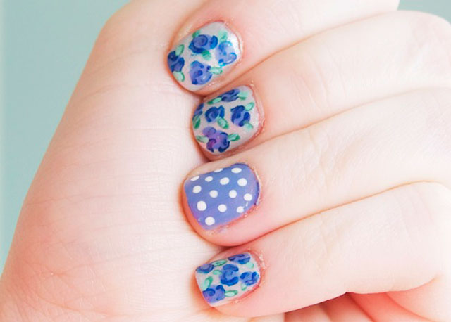 Vintage roses in blue and silver- Nail Art Trends
